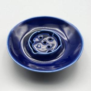 古くから多くの装飾品に用いられ『最強の聖石』とされるラピスラズリが生地に練り込まれています。『群青の空色』という語源をもつ鮮やかな瑠璃色が、とても美しい輝きを放っています。